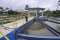 Petugas membersihkan kolam pengadukan di Instalasi Pengolahan Air Palyja, Pejompongan, Jakarta, Selasa (8/1).